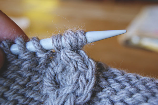 mailles placées pour tricoter une torsade